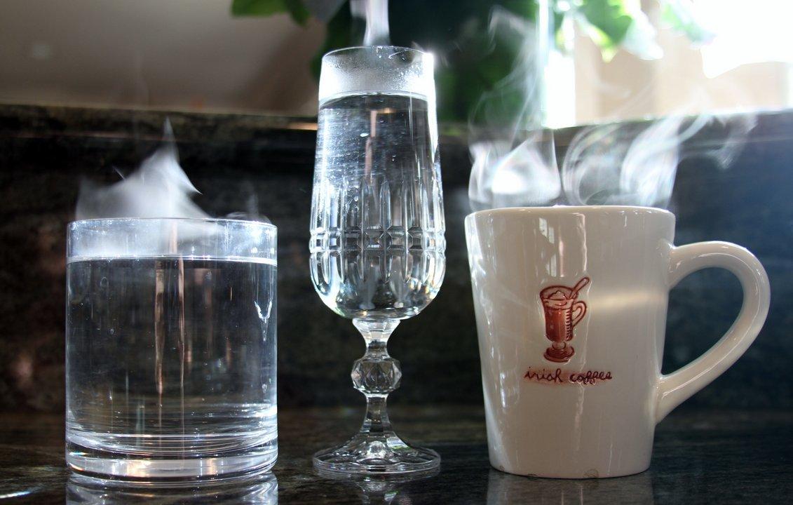 uống cốc nước nóng